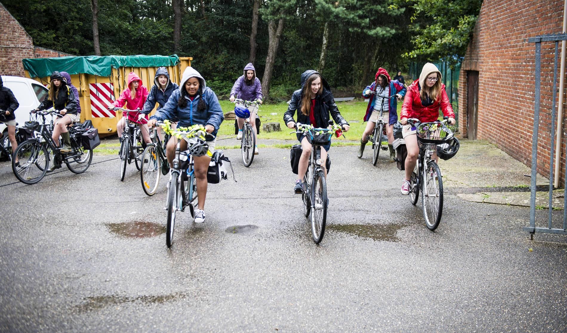 Chiromeisjes die fietsen