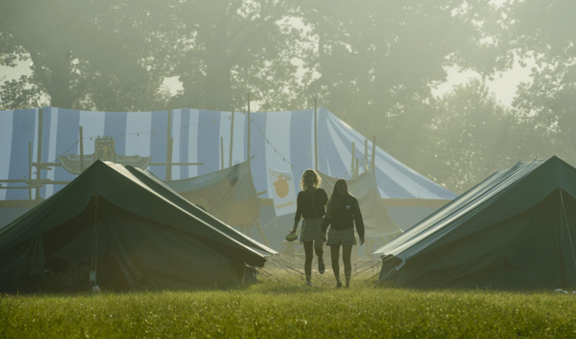 Meisjes Chiro Geertrui op bivak tussen tenten